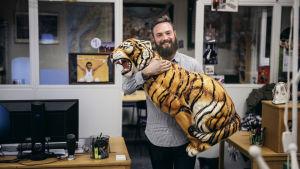 Deltagaren Marius fotograferad med en stor porslinstiger i famnen