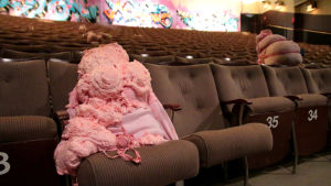 Korutaiteilija Viivi Kiiskinen teki purettavan teatterin katsomoon vaaleanpunaisen yleisön