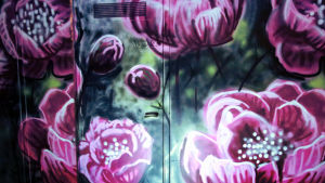 Leena Pukin Pionit peittävät naulakkotilojen seinät