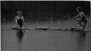 Lottia uimassa jatkosodan alussa 20.8.1941