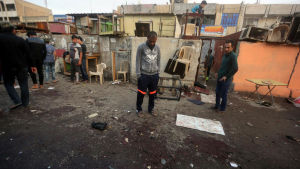 Irakier samlas vid marknaden i Sadr City i Bagdad där bombdådet skedde. Minst 70 personer dog i attacken.