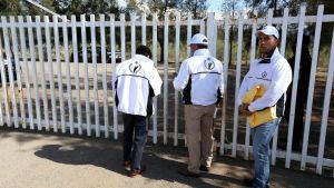 Utredare från Mexikos människorättskommission anländer till ranchen del Sol, där 42 civila dödades av polisen i maj