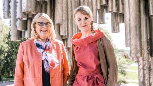 Kapellimestari Susanna Mälkki (oik.) ja toimittaja Helena Hannikainen.