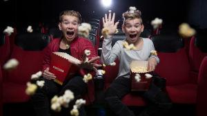 popduon Marcus och Martinus kastar popcorn omkring sig