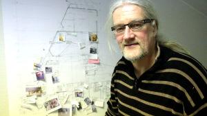 Jouko Lempinen ja teatterin pohjakerroksen piirrustus teossuunnitelmineen.