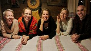Aili sisaruksineen jouluna 2014.
