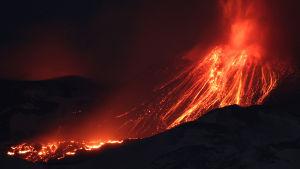 Ett tiotal människor skadades i en explosion vid vulkanen Etna den 15 mars 2017.