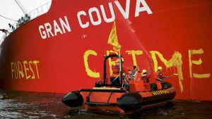 Greenpeaceaktion mot fartyg lastat med palmolja i Indonesien.