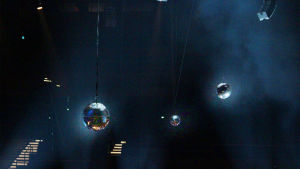 Discopalloja Musiikkitalon katossa.