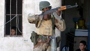 Irakisk soldat under en militäroffensiv i den nordirakiska staden Tal Afar
