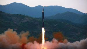 Den officiella nordkoreanska nyhetsbyråns bild på den missil som avfyrades den 14.5.2017
