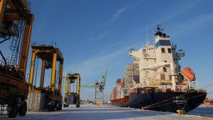 Mussalon konttiterminaalin kilometrin mittaiselle laiturille mahtuu viisi laivaa.