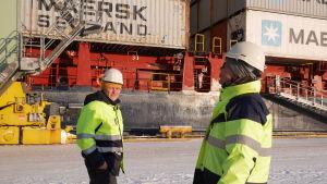 Pekka Raki ja Tommi Sievers esittelevät Mussalon sataman toimintoja.