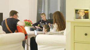 Tuhkimotarinoiden Timo lapsineen olohuoneessa.