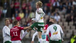 Thomas Mäkinen nickar bollen.
