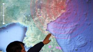 En myndighetsperson på Koreas meteorologiska institut i Seoul pekar ut nordöstra Kilju som källan till en jordbävning, orsakad av ett kärnvapenprov genomfört av Nordkorea.
