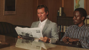 Jonas lukee lehteä ja Marcus istuu vieressä.