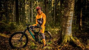 Tom Nylund rör sig mycket i skog och mark.