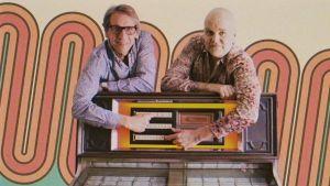 Kjell Ekholm och Niklas roström bvid jukebox i sjuttiotalsanda.