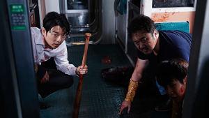 Veren tahrimat eteläkorealaisen pikajunan matkustajat kyyristelevät junanvaunun lattialla kauhuelokuvassa Juna Busaniin