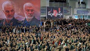 Utanför den moské där Khamenei ledde fredagsbönen hade man hängt upp ett porträtt på general Soleimani och Abu Mahdi al-Muhandis. Muhandis, som ledde en iranstödd milis i Irak, dödades i samma amerikanska flygattack som Soleimani.