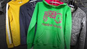 MOT:n kierrätykseen laittamat vaatteet, joihin ommeltiin lähetin.