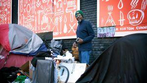 En hemlös man vid ett tältläger i stadsdelen Tenderloin i San Francisco.