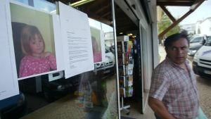 En affisch på Madeleine McCann är fastsatt på ett butiksfönster.