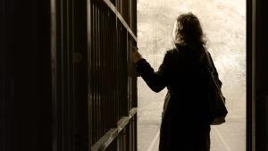 Nainen katsoo ulos