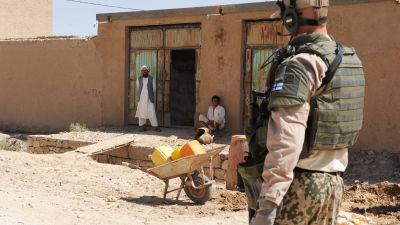 Finsk fredsbevarare patrullerar i Afghanistan i juli 2010.