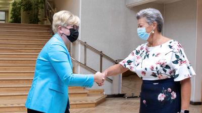 Ingrida Simonyte och Ylva Johansson skakar hand.