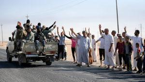 Medlemmar av den shiitiska milisgruppen al-Hashd al-Shaabi (PMF) välkomnades av invånare då de närmade sig centrum av Kirkuk på lördagen.