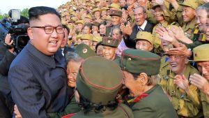 Nordkoreas ledare Kim Jong-un fick ett extatiskt mottagande av krigsveteraner på fredagen. Han besökte en militär begravningsplats i huvudstaden Pyongyang för att hedra årsdagen av stilleståndsavtalet.