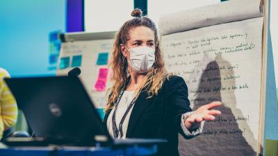 LiveFIN ry:n toiminnanjohtaja Jenna Lahtinen viittaa kädellä.