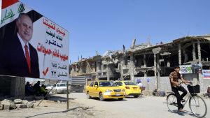 Människor i västra Mosul passerade valaffischer i slutet av april.