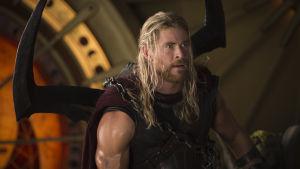 Thor: Ragnarök elokuvan pressikuva, kuvassa näyttelijä Chris Hemsworth