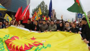 Kurdiska flyktingar från Syrien demonstrerar för Folkets försvarsenheter YPG, det Demokratiska unionspartiets väpnade gren