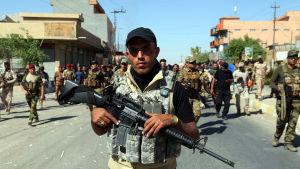 Kurderna anklagar regeringens framryckande shiamuslimska milisstyrkor för att ha angripit ett kurdiskt område nära den syriska gränsen