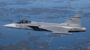 JAS Gripen monitoimihävittäjä lentää saariston yllä.