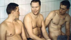 Rakastin epätoivoista naista. Kuvassa diakoni Rauno Vatanen (Heikki Rantanen), galluptutkija Pauli Leo Timonen (Juha Kukkonen) ja pikkurikollinen Pauli (Ilkka Koivula)