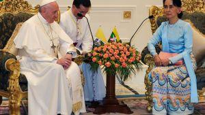 Påven träffade Burmas civila ledare Aung San Suu Kyi