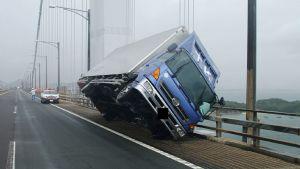 Vinden har kastat omkull en lastbil på en bro i Kagawaprefekturen.