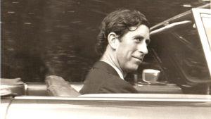 Prins Charles rattar en Aston Martin i början av 1970-talet.