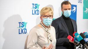 Kristdemokratiska Fosterlandsförbundets ledare Ingrida Šimonytė och Gabrielius Landsbergis väntar på besked om valsegern.