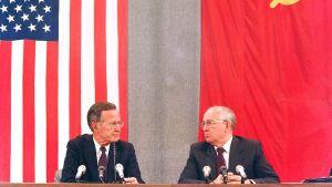 George Bush den äldre (t.v.) och Michail Gorbatjov i Moskva den 31 juli 1991 under ett toppmöte som handlade om nedrustning.