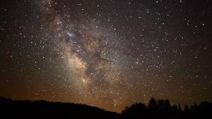 Yöllinen tähtitaivas Länsi-Virginian vuorilta kuvattuna.