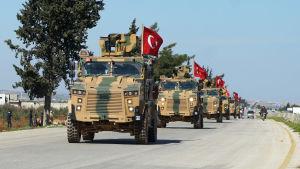 En turkisk militärkonvoj i Syrien på väg mot provinsen Idlib