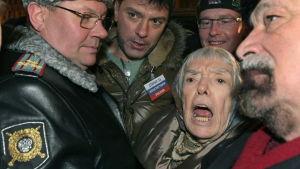 Ljudmila Aleksejeva protesterar i Moskva på nyårsafton 2010.
