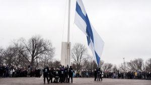 Flaggan hissas på Självständighetsdagen