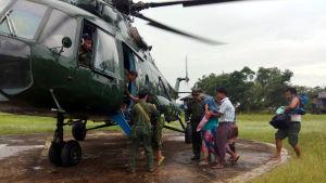 Den burmesiska armén har publicerat bilder av vad som sägs vara evakuering av civila i drabbade områden